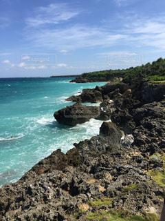 岩場と海の写真・画像素材[2146891]