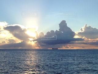 ハワイの海と船と夕陽の写真・画像素材[2147001]