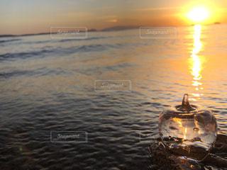 海に浮かぶガラスリンゴの写真・画像素材[2805417]