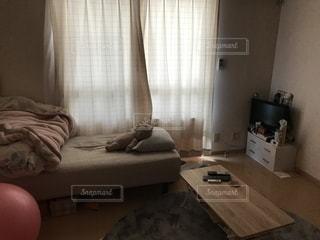 家具と大きな窓で満たされたリビングルームの写真・画像素材[2228605]
