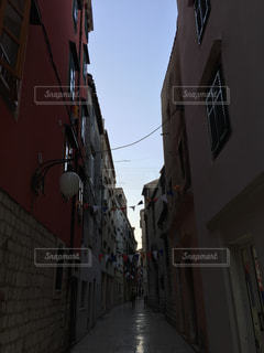 背景の建物の狭い街の写真・画像素材[1002734]