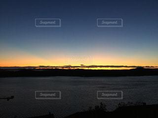 水の体に沈む夕日の写真・画像素材[1002768]