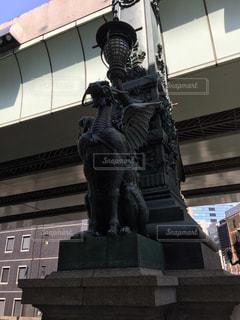 建物の前に立っている人の像の写真・画像素材[1002789]