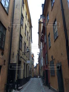 狭い街の建物の側に建物と通りの写真・画像素材[1002820]