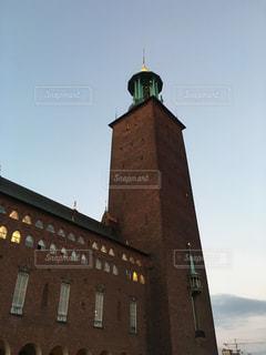 時計の側面には、ストックホルム市庁舎と大きな背の高い塔の写真・画像素材[1002821]