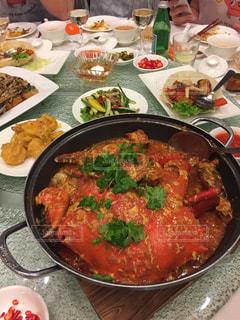 テーブルの上に食べ物のボウルの写真・画像素材[1002838]