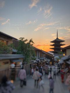 ゆっくり沈む夕日に染まる京都の写真・画像素材[2166687]