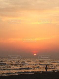 ビーチに沈む夕日の写真・画像素材[2177469]