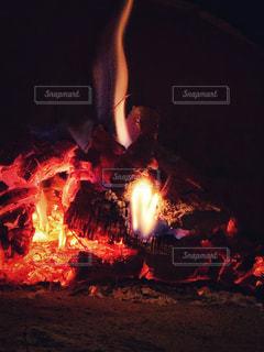 炭焼き窯の炎の写真・画像素材[2242115]