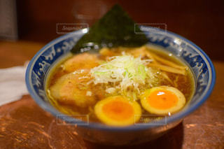 皿の上の食べ物のボウルの写真・画像素材[2168476]