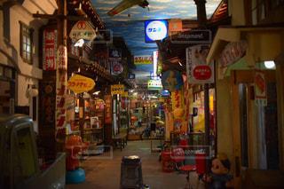 夜の店のフロントの写真・画像素材[2168494]