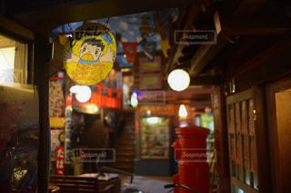 夜の店のフロントの写真・画像素材[2168508]