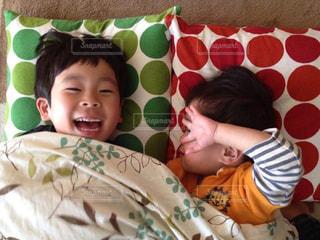 ベッドに座っている小さな子供の写真・画像素材[2384976]