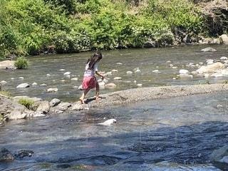 川原で遊ぶ女の子の写真・画像素材[2154198]