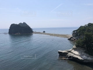 水域の真ん中にある島の写真・画像素材[2181888]