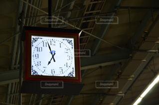 天井からぶら下がる時計の写真・画像素材[2355277]