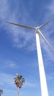 青空と白い風車の写真・画像素材[2158930]
