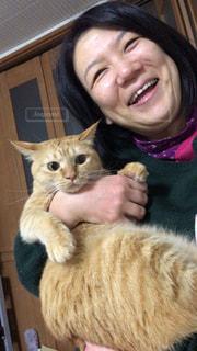 母と猫の写真・画像素材[2157255]