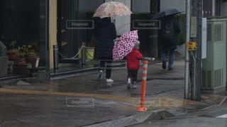 傘をさす親子の写真・画像素材[2165059]
