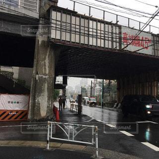 雨の並木橋の下の写真・画像素材[2158921]