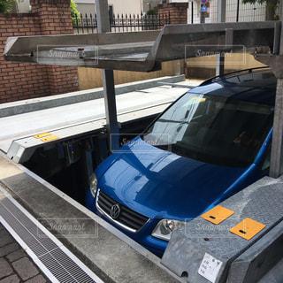 立体駐車場から出てくる青い車の写真・画像素材[2163039]