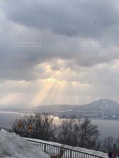 光差し込む雪景色の写真・画像素材[2159171]