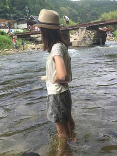 川遊びをする女性の写真・画像素材[2160176]