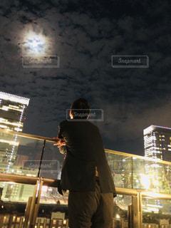 1人の夜の写真・画像素材[2162540]