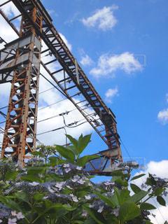空の背景を持つ大きな背の高い塔の写真・画像素材[2174033]