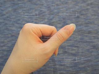 親指主体の手の写真・画像素材[2174236]