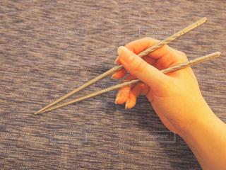 お箸を持つ手の写真・画像素材[2174712]