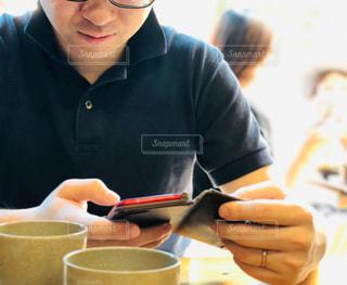 アラサー男性の休日メールチェックの写真・画像素材[2184384]