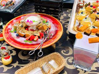 食卓の上の食べ物の皿の写真・画像素材[2195541]