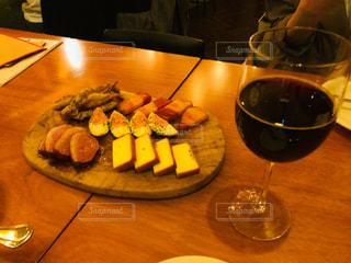 燻製料理と赤ワインの写真・画像素材[2195673]
