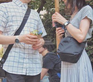 手をつないでいる人々のグループの写真・画像素材[2373372]