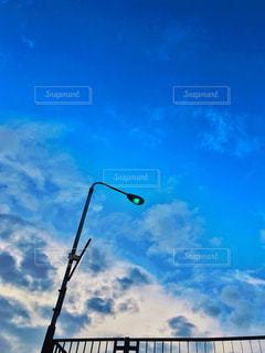 雨上がりの空と街灯の写真・画像素材[2375487]