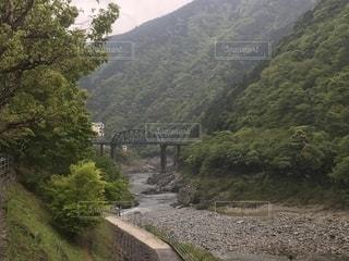 渓谷を跨ぐ橋の写真・画像素材[2161762]