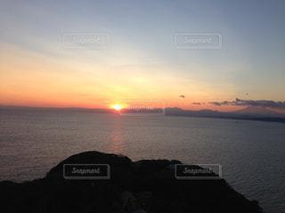 水平線に沈む夕日の写真・画像素材[2172377]