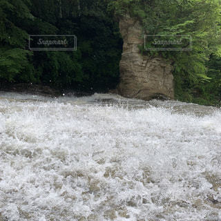 豪快に流れる滝の写真・画像素材[2183915]