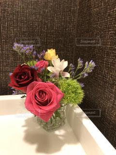 テーブルの上の花瓶に花束の写真・画像素材[3567068]