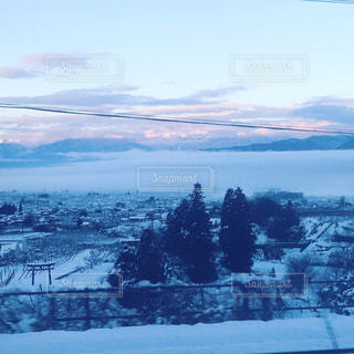 朝焼けの雪景色の写真・画像素材[2163155]