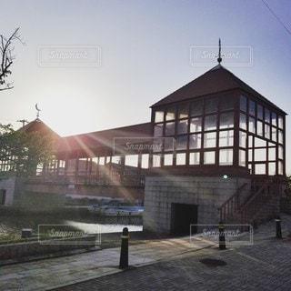 【日本のベニス】高岡市内川の赤い屋根つき橋と夕陽の写真・画像素材[2166099]