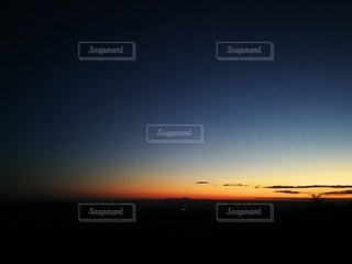 山の上から日の出の写真・画像素材[2166816]