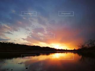 水の体に沈む夕日の写真・画像素材[2173167]