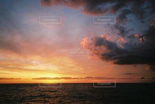 水の体の上の夕日の写真・画像素材[2215859]