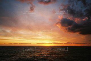 水の体の上の夕日の写真・画像素材[2215860]