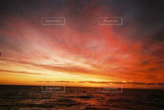 水の体の上の夕日の写真・画像素材[2215861]