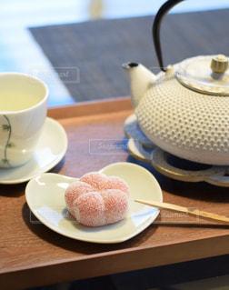 鉄瓶の急須と和菓子の写真・画像素材[2893999]