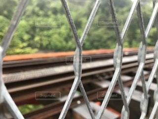 フェンス越しの線路の世界からの写真・画像素材[2169459]