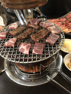 ストーブの上の金属鍋の上の食べ物の写真・画像素材[2169942]
